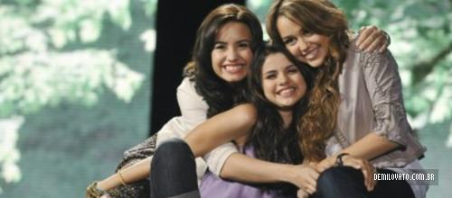 Boom Tron: Como Demi, Miley e Selena entraram na Disney!